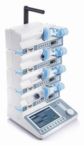 Инфузионная станция осуществляет централизованное питание шприцевых дозаторов, управление параметрами инфузии и мониторинг параметров инфузии в реальном времени.